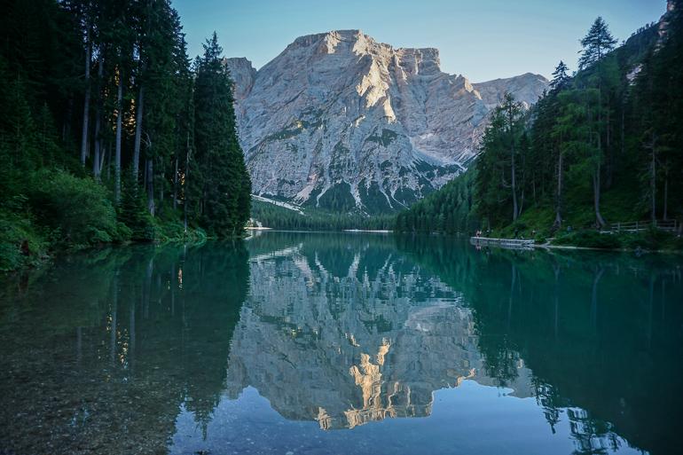 montaña reflejada en el lago di braies