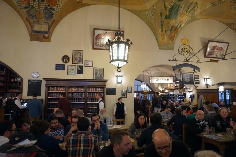 interior de la cervecería Hofbrauhaus-am-Platzl