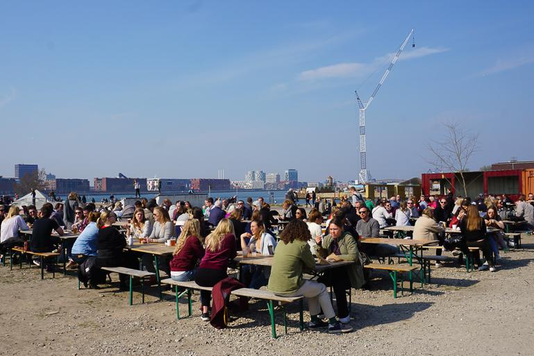 mesas con gente comiendo al aire libre en Reffen