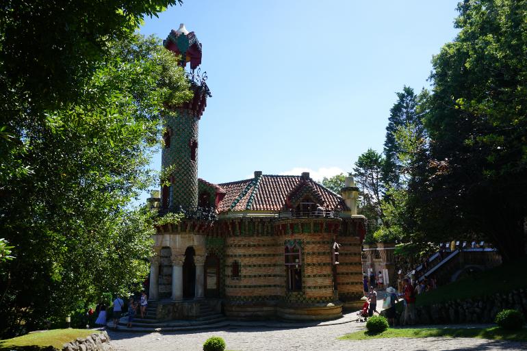 El capricho de Gaudí en Comillas es una residencia con la fachada de mármoles de colores y muy psicodélica.
