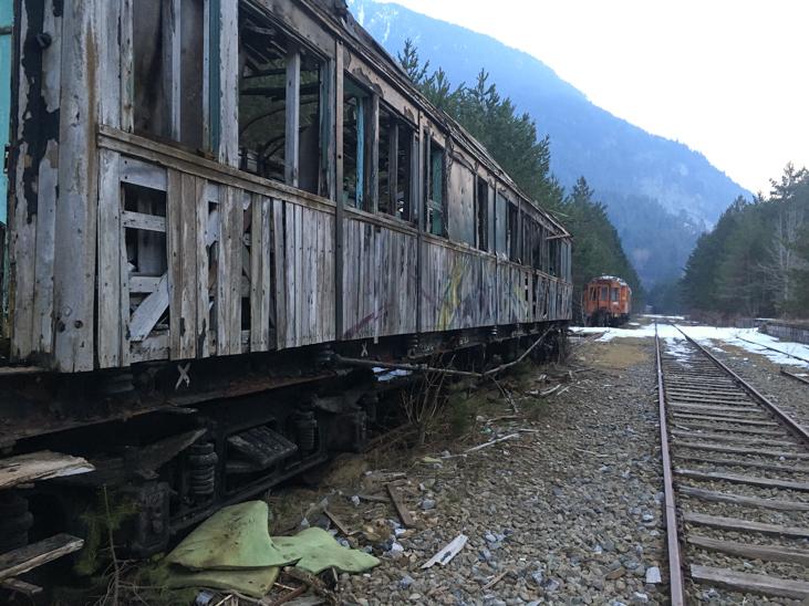 dos vagones abandonados en las vías de la estacion internacional de canfranc