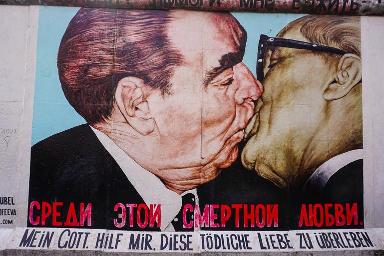 Mural del beso del líder ruso Leonid Brezhnev con Erich Honecker en la east side gallery