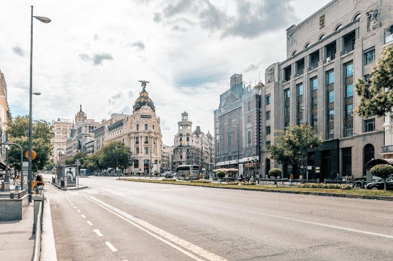 calle Alcalá con el edificio Metropolis al fondo en madrid