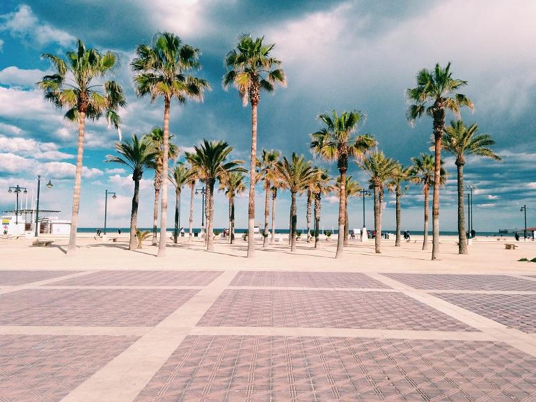 paseo marítimo de una playa de valencia