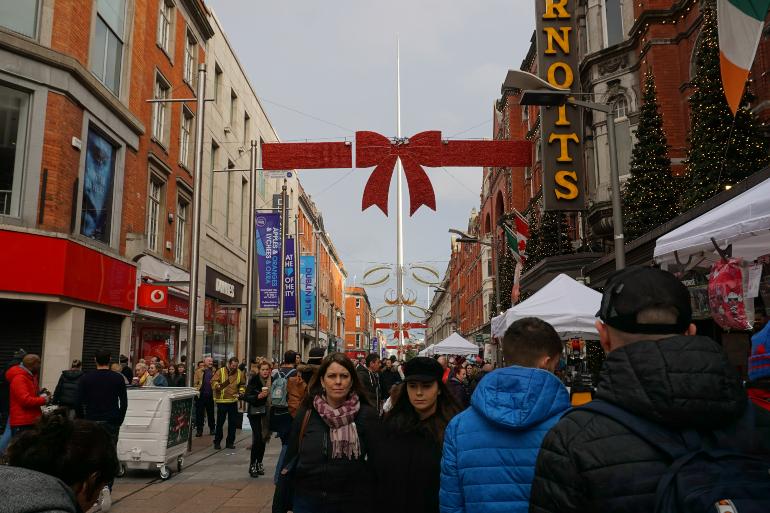 calle concurrida y el spire, que es una aguja muy alta, al fondo
