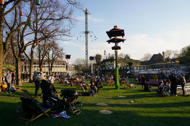 Vistas del parque y de las sillas voladoras al fondo