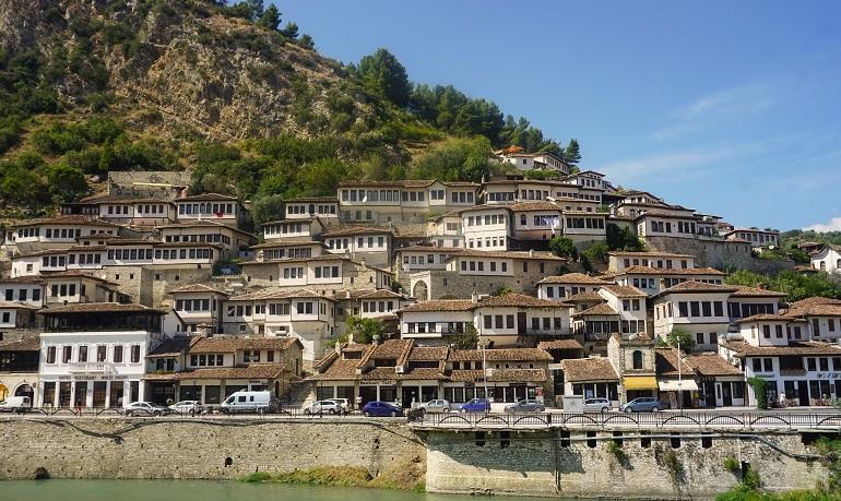 fachadas con ventanas de Berat, un lugar que hay que ver en albania