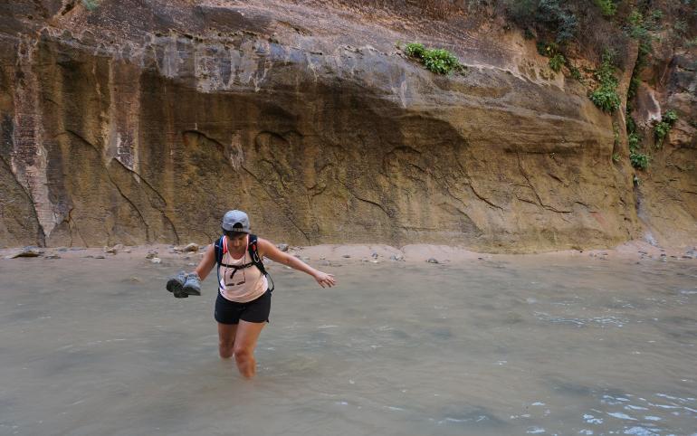 caminando descalza por el río