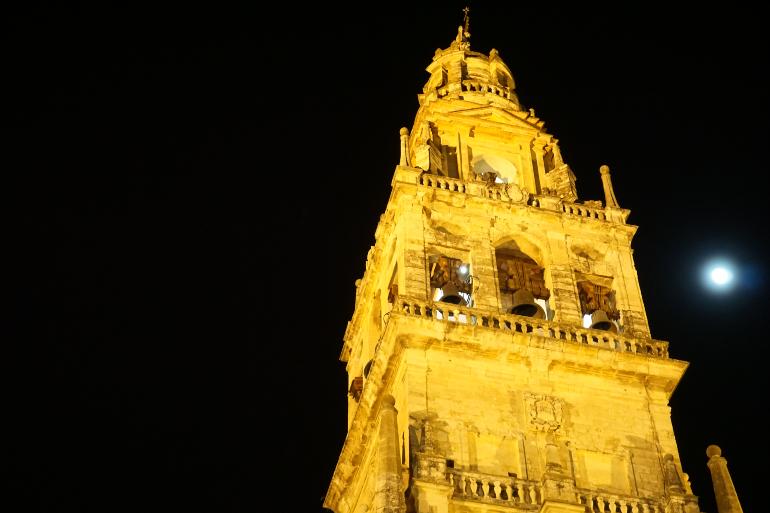 foto nocturna de la torre de la mezquita de córdoba