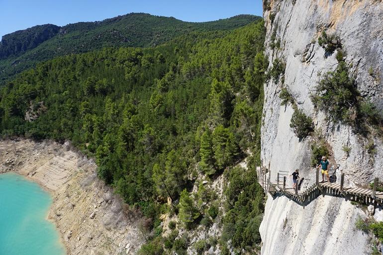 vista de las pasarelas ancladas a la pared vertical