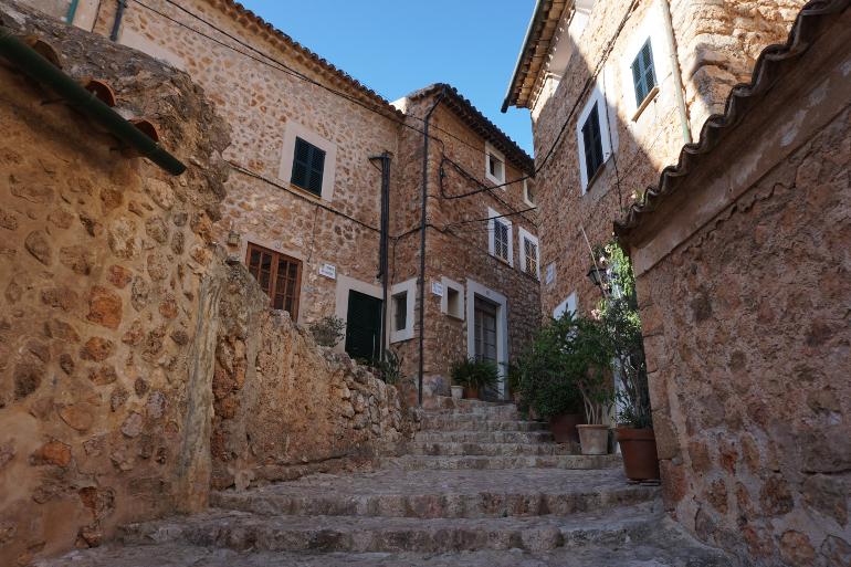 Calle y casas de piedra de Fornalutx