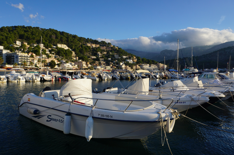 Barcos amarrados en el puerto deportivo de Sóller