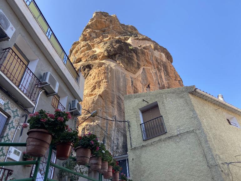 El Peñón de Miguel, entre dos casitas de ayna