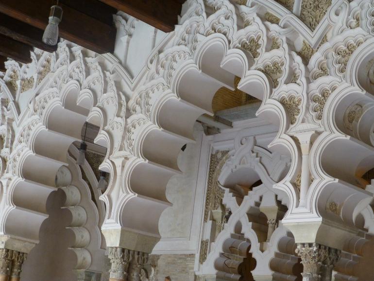 arcos del interior de la aljafería