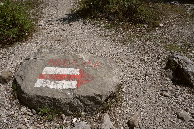 Señal en el camino que indica Nderlysaj
