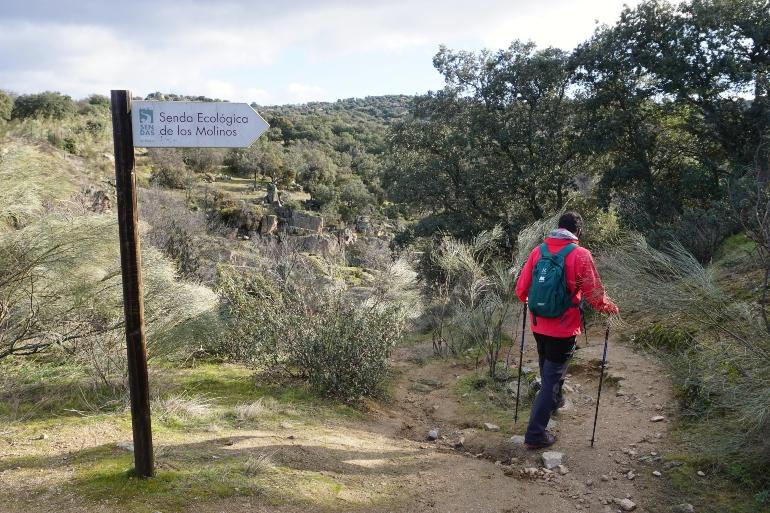Cartel que indica la senda ecológica de los Molinos del Perales