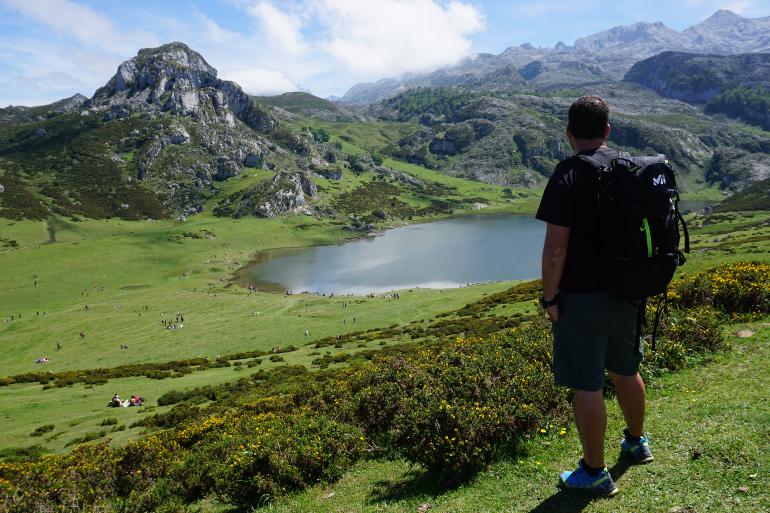 hombre de espaldas contemplando el lago ercina