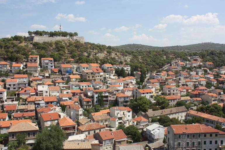 Vistas de Sibenik y de la fortaleza