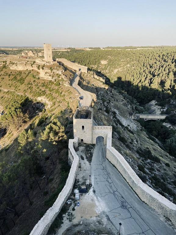 vista de la entrada a alarcón desde el castillo