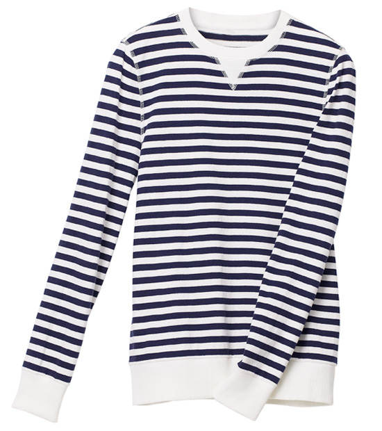 Y si por un casual la temperatura baja más de lo que deseáramos, este jersey de rayas marineras de H&M no te fallará. © H&M