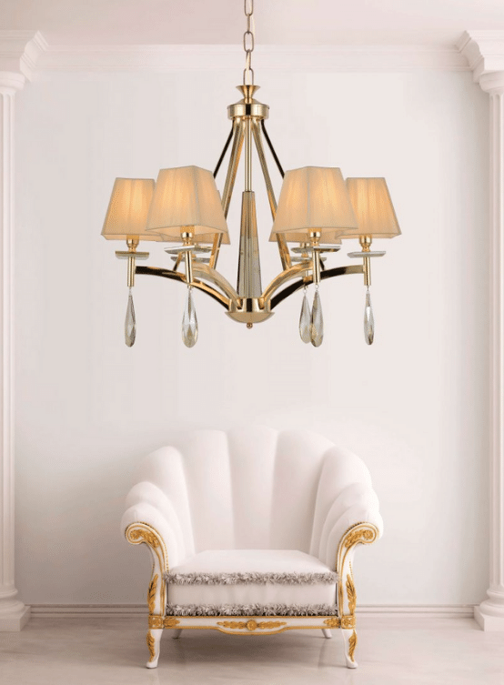 Plafoniere e lampadari sono disponibili in una vasta gamma di design tradizionali e contemporanei e forniscono illuminazione caratteristica a molte aree della casa. Lampadario Classico Oro Con Sfere E Gocce Di Cristallo E 6 Luci Con Paralume In Tessuto