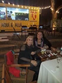 Olga, en compañía de su hermana Mina Feliciangeli, durante una cena hace algunos meses. Foto: Gentileza.