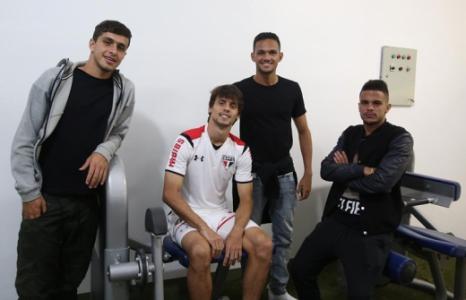 Rodrigo Caio e os garotos