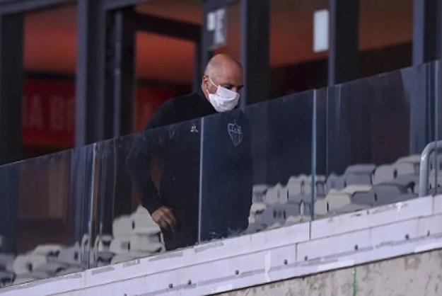 Sampaoli ficou  fora do banco de reservas, mas esteve presente no Mineirão no duelo com o Flamengo, gerando desconfiança do tribunal quanto a conduta do treinador, que estava suspenso