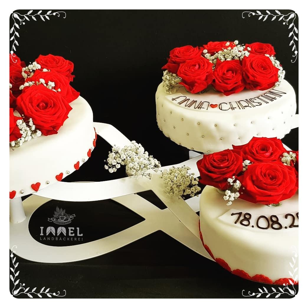 Hochzeitstorte Unendlichkeit Weiss Rote Rosen Silberperlen Herzen
