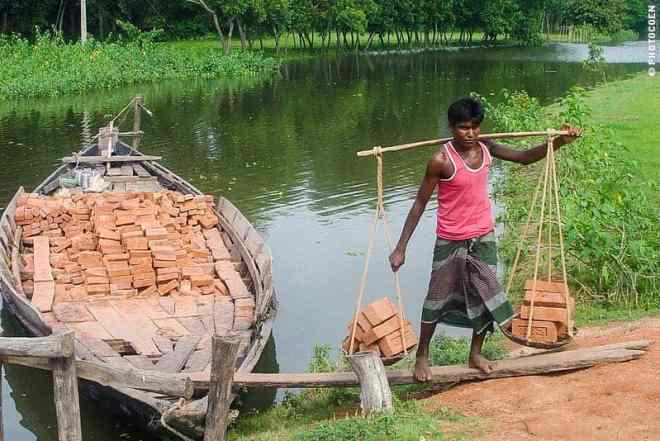 Shipping Bricks in the Chittagong Department, Bangladesh (©photocoen)