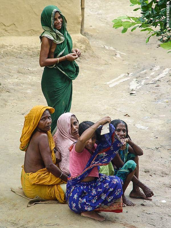 Meeting women in Bangladesh (©photocoen)