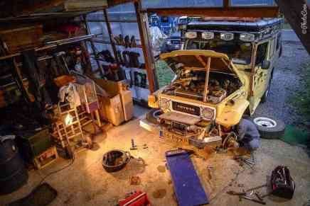 Fixing the Land Cruiser in Japan (©photocoen)