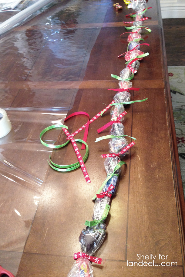 Christmas Countdown Chain  Idea | landeelu.com  What a fun way to use all of that extra Halloween candy!