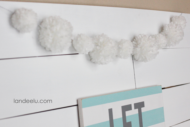 DIY Snowball Yarn Pom Pom Garland  | landeelu.com   Make cute yarn pom poms with just your hands!  No special tools required.