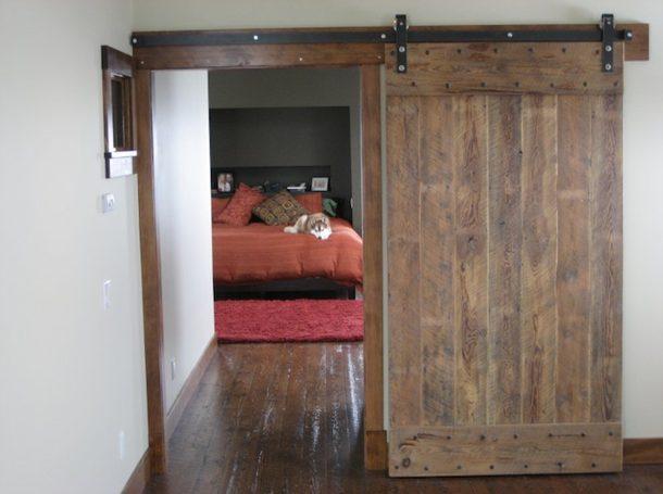 Flat-track-clear-coat-bedroom-barn-door via homejelly