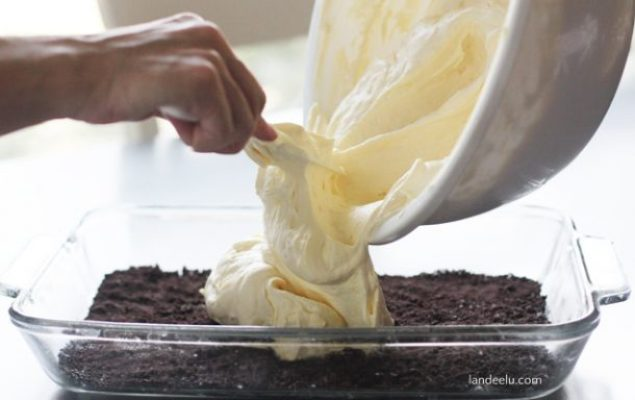 Oreo Heaven Dessert Recipe | landeelu.com  A light and delicious creamy center between two layers of crushed Oreos!  So heavenly!