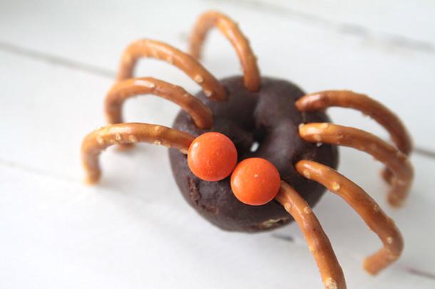 donut-pretzel-spiders-halloween-kids