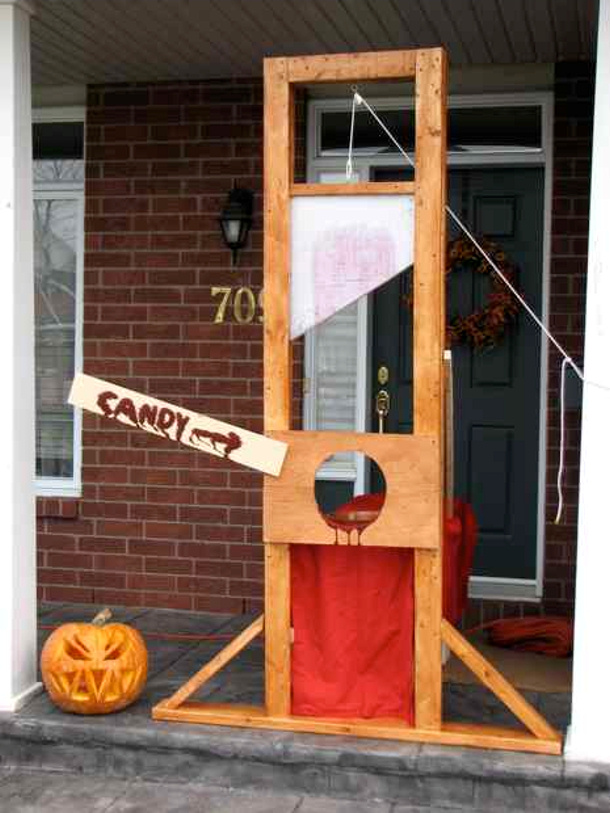 Guillotine Candy Dispenser via Halloween Forum