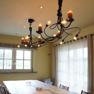 Grote stoere landelijke hanglamp van smeedijzer met kaarsen