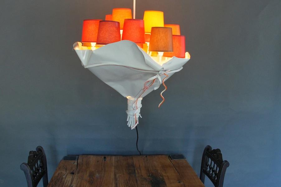 Hanglamp op maat in vorm bos bloemen met rode kappen en