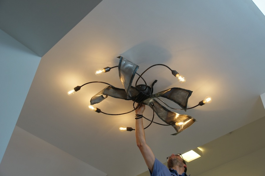 Stoere plafondlamp ruig smeedijzer takken waaier bladeren
