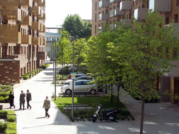 13-people-moving-green-street-copyright-townshend-landscape-architects