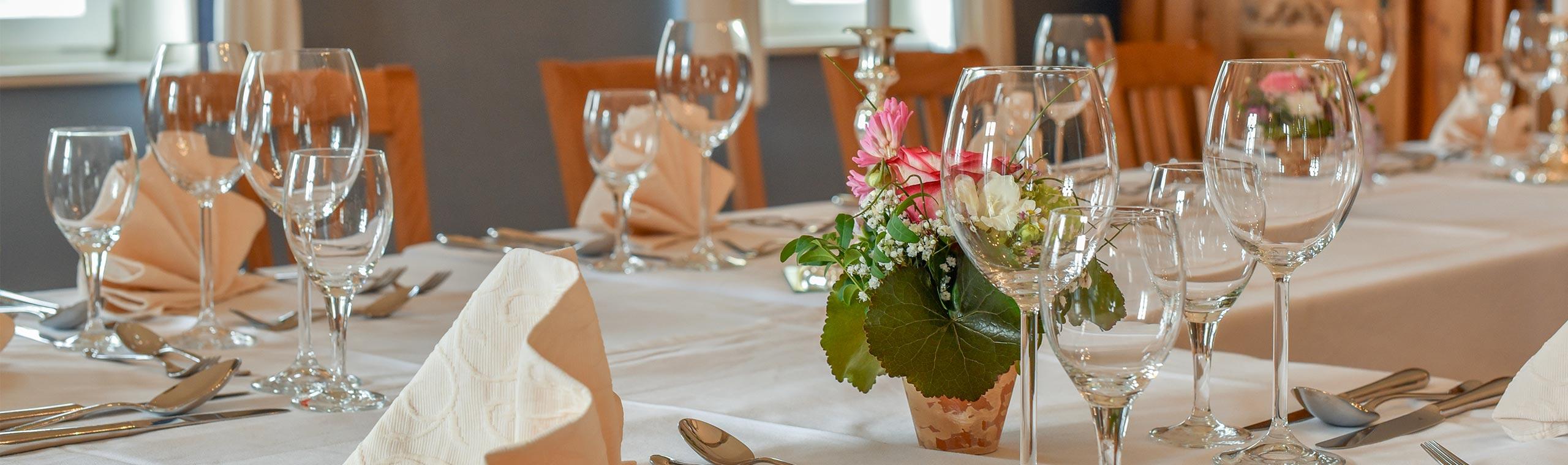 Ein festlich gedeckter Tisch im Hotel