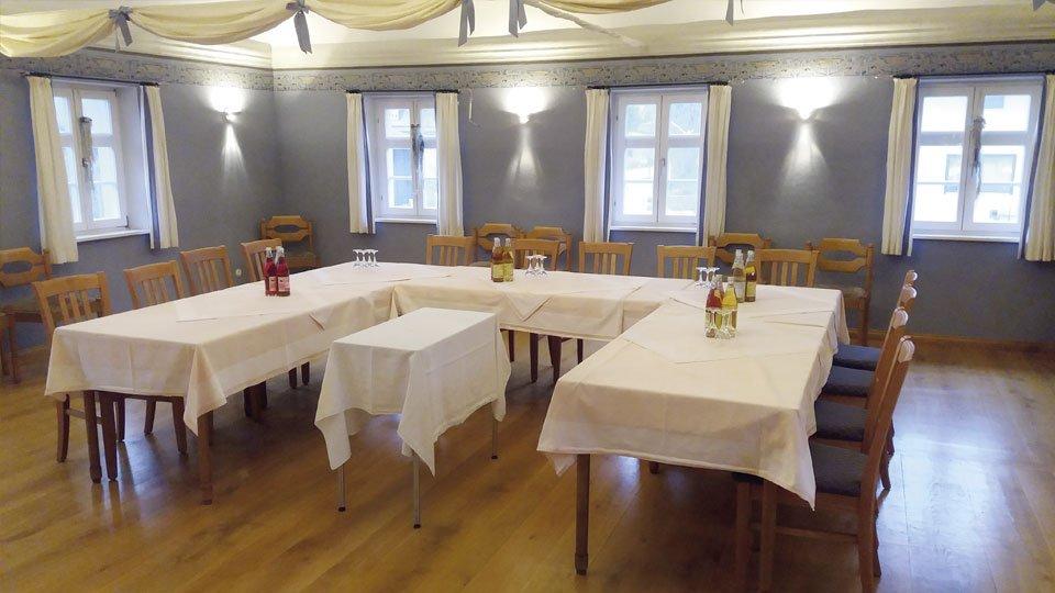 Ein Raum zum Tagen und Feiern im Hotel