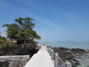 Auf dem asphaltierten Weg einmal um die Insel