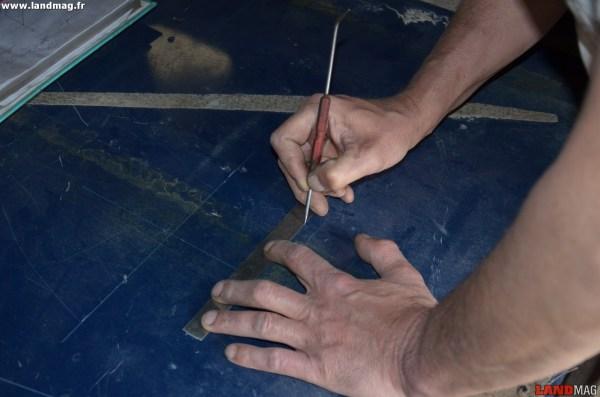 2- Avec une pointe, tracer le gabarit sur le plancher bien propre.