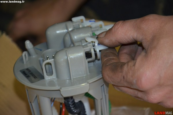 14- Sortir la nouvelle pompe et déposer ses bouchons de protection.