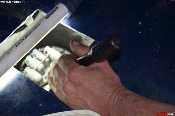22- Serrer ensuite la collerette « à fond » avec un tournevis et un marteau. Attention de ne pas abîmer ses ergots.