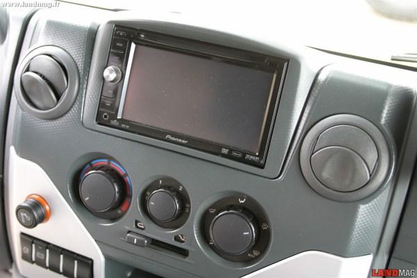 Sur option, le Massif peut recevoir un GPS. Un petit plus qui peut faire beaucoup de différence pour ceux qui sont également tentés par le Land Rover Defender.