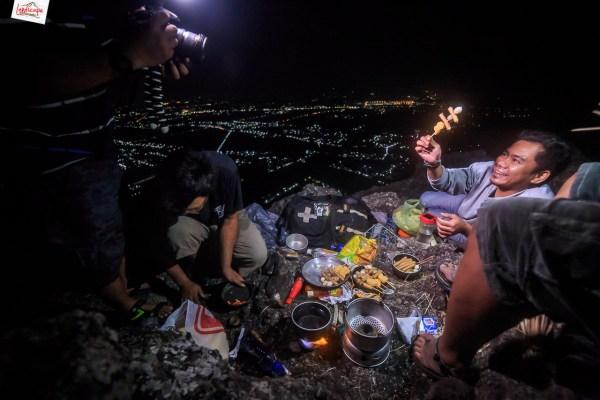 memasak di puncak bukit laskar pelangi